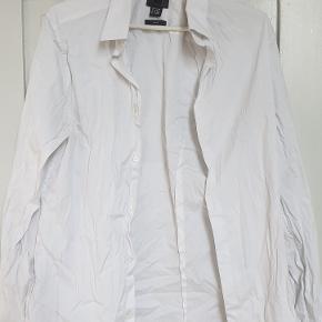 Hvid skjorte fra H&M Str medium Slim fit Den er brugt et par gange, fremstår flot den sælges for 65kr kan sendes med DAO for 38kr