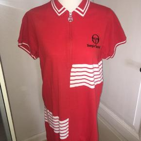 Rød og hvid polo kjole med half zip, fra mærket Sergio tacchini x urban outfitters. Størrelsen er en medium. Ved køb af flere ting kan der opnås mængderabat