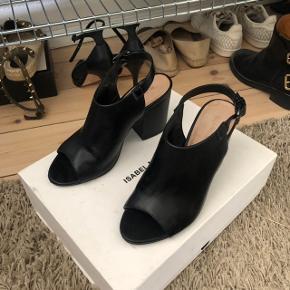 🛑 FLYTTESALG🛑 Hjælp med mig at få ryddet ud i hele garderoben, % ved køb af mere end 1 vare, procenterne bliver regnet uden fragten.   Bianco sko / sandaler med hæl   størrelse: 37   pris: 300 kr   fragt: 40 kr   har en lille ridse på den ene sko foran se billede