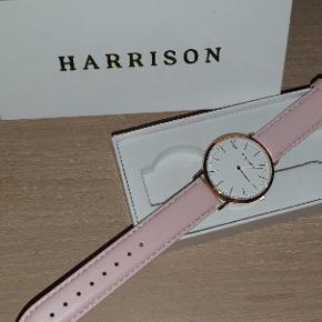Helt ny og ubrugte Harrison dameure købt fra dit ur.dk. Uret er af dansk design og med den meget simple mulighed for ombytning af læderrem. Nypris: 995kr. Min pris: 299kr. Har også selvsamme ur i gråt læderrem, men som faktisk er en udgået model. Tag begge ure til 499kr.
