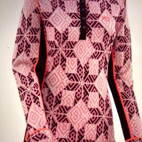 Super lækker trænings bluse den er ny med tags og aldrig brugt kun prøvet den er lavet af 100% merion Wool den er så flot og skøn til trænning gå og løbeture og super Til vinteren ogforåret eller bare som  Hverdags bluse😊😊😊er stadig i æsken se billed 7 og så videre😊