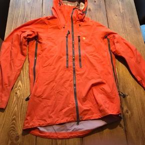 Fjællræven bergtagen eco-Shell bukser og jakke sælges. Kun brugt på en tur. Fejler intet, ingen skader, eller slidtage, og er kun vasket 1 gang. Ny pris for sættet er , 8300