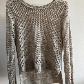 Varetype: sweater strik Farve: Beige  Flot strik fra Gina Tricot.  Den sælges for 50 + porto eller kan afhentes på Østerbro :-)