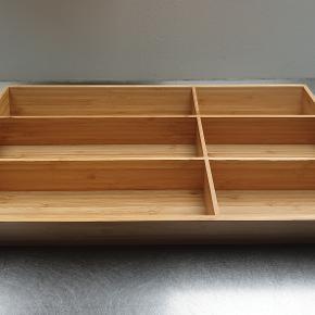 Variera bestikindsats i bæredygtigt bambus. 32 x 50 cm. Aldrig brugt. Nypris 169 kr.  Kan sendes til pakkeshop (+35 kr.).