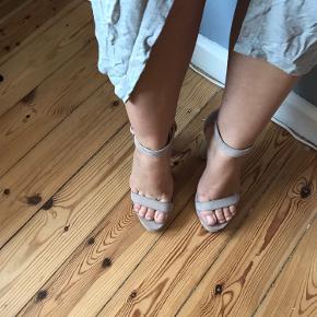 Høje stiletter med semi-chunky hæl og en smule plateau. Farven er en lys beige.  Afhentes i Sydhavnen eller sendes via DAO  Kjolen er også til salg