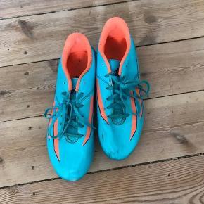 Fodboldstøvler til kvinder med knopper under. De er brugt få gange og lidt ridsede i siden, men fungerer upåklageligt. Str 40 2/3