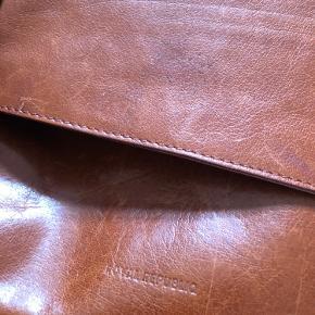Rigtig flot læder taske. Super stand og har mange gode oplevelser i sig