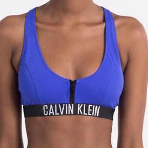 Sælger min Calvin Klein bikinitop i blå. Den er brugt to gange. Den fitter en s/m Nypris: 500
