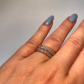 To Pandora ringe i størrelse 50. Forgyldt med 14k rosaguld og med kubisk zirkonia sten. Aldrig brugt! ✨  Sælger også ringene individuelt, så tjek min profil for annoncerne for disse. Sælger desuden mange andre Pandora smykker og charms i sølv, shine og rose 💍  Æsken medfølger ikke.