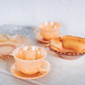 Rigtig fint farvet glas ☀️   Stor skål 95kr  Lille skål med små knop håndtag 85kr  To kopper med underkopper ( plus to ekstra kopper solgt  Musling solgt   Sender gerne 💌