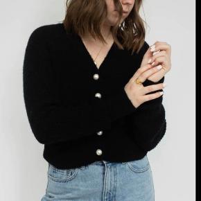 Helt nyt  Xs men passer s    Denne ribstrikkede cardigan er fremstillet i en lækker uldblanding. Cardiganen har dyb V-hals med synlig knaplukning med store perlemorsknapper samt drop-shoulder. Et bredt ribstrikket panel fuldender cardiganens look på ærmerne og forneden. Ribstrikket cardigan i uldmix Perlemorsknapper  #secondchancesummer