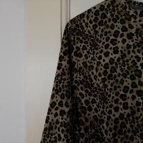 Rigtig fed 90'er t-shirt med dyreprint /leopard. Ingen størrelse i, men vil gætte på ca XL. Er selv en M/L og har brugt den oversize.