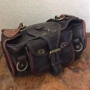 Skøn Mulberry taske - håndtaske og skuldertaske - i farven chokolade og oak.  Med mærke og nummer.    Tasken, som er i virkelig fin stand, er i den lækre og slidstærke darwin læder i farven chokolade og oak - virkelig smuk.  Sælges, da den bare står i skabet, det synes jeg er synd.    Tasken har et stort rum med indvendig lynlåslomme samt to lommer udvendigt.  På foret indvendigt er en lille ubetydelig plet i bunden, der stammer fra en lille dråbe creme.      Super som hverdagstaske, når man lige skal lidt ekstra med.   Nypris 6900 Sælges for 3000