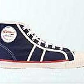 """Gode vintage sko fra Rucanor i canvas, modellen er """"Rucanor Action Basketball  De har været brugt nogle gange men er ellers i fin stand.  Det er en str. 42 men da de er store i størrelsen en str 42½, købspris 599 kr."""