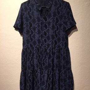 Kjole med slangeprint
