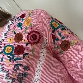 Flot kjole med flotte detaljer i brodering:)🌸