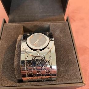 """Gucci ur. Jeg har ikke kvitteringen, men garantikortet fra Palmø medfølger selvfølgelig.   På billede to kan man se at det ene """"G"""" er knækket lidt.   Skal have skiftet batteri   BYD 😀"""