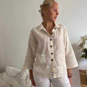 Lækreste hvid-beige hørskjorte 🌛 virkelig lækker kvalitet! Minder en del om Milsted i pasformen