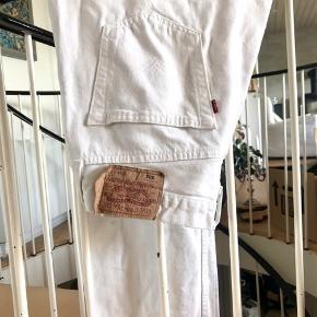 Fede hvide levis jeans str w34 l32. Klippet i benene og svarer derfor til L30