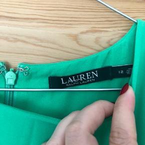 Ralph Lauren kjole i den smukkeste grønne farve. Str 12 - passes af en str. L.