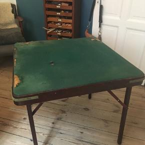 Vintage smukt gammelt originalt spillebord med grøn filt og mørkt træ fire udtræksplader, en i hvert hjørne. Benene kan klappes ind så bordet nemt kan pakkes væk. Bordet kan også fint benyttes som arbejdsbord. Højde 73cm, bredde 84cm. Filten er ødelagt og skal skiftes, derfor sælges dette fine bord til kun 200kr Kan hentes Kbh V