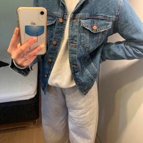 Sælger min denim jakke, da den egentlig bare har været et fejlkøb, den har bare hængt i skabet og er aldrig blevet brugt:)  Prisen er eksl. Fragt💖