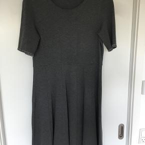 Super fin og anvendelig kjole fra COS. Lækkert stof med stretch, der ikke krøller.  Smart med lange støvler og tykke strømper eller med sneakers. Kan styles til både at være rå og feminin. Brystvidde: 45 cm. x 2 Taljevidde: 42 cm. x 2 Længde: 102 cm. Ingen bytte - køber betaler porto