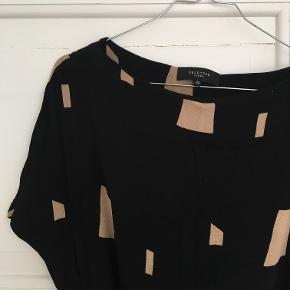 Fin mønstret kjole fra Selected Femme. Med for og bindebånd i taljen.