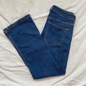 blå jeans fra h&m beskrevet som en størrelse 29   jeg er selv en 36/38 og de passer mig helt perfekt :)
