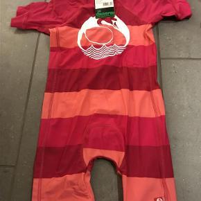 Varetype: Ny swimsuit/uv dragt Størrelse: 4-5 år Farve: Se billede Oprindelig købspris: 375 kr.  Ny med mærke  Bytter ikke  Mp 200pp via MobilePay ellersts gebyr