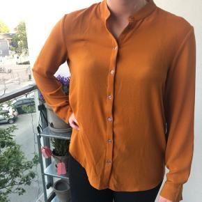 Rigtig fin bluse som har en orange/rust farve