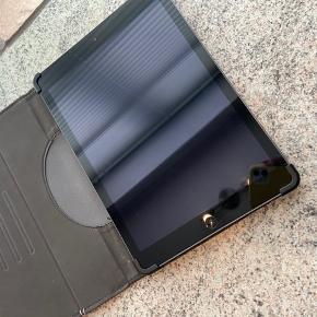 iPad Air 1. Brugt 2-3 gange og fejler ingenting.  Sælges blot fordi den ikke bliver brugt og grundet vi er igang med at rydde ud af vores ting.  Har den nyeste opdatering og køre som en drøm!  Er gået i gave for 2 år siden og sælges derfor billigt.  Den har ingen ridser eller noget da den har ligget i sit cover siden jeg fik den.