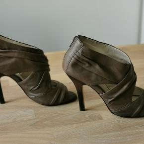 Stiletto shoes from Isola in soft leather and comfortable fit. Used several times, but in good condition. Original size is 6 US, which is equivalent to 36-37 EU.