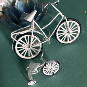 Sjove små pynte cykler fra 1980'erne eller deromkring. Er i pæn stand. En smule maling afskalling hist og pist men ikke noget alarmerende.  Hvid stor koster 40 Hvid lille koster 25 - SOLGT  Sort long john koster 60 - SOLGT   Sender mod betaling.