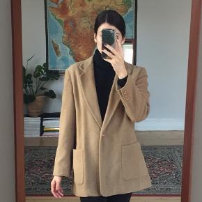 Lækker vintage blazer i lysbrun/camel farvet uldblend. US4, svarer til 36/M. God stand!