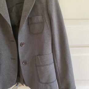 Blazer i Jersey fra day Birger et Mikkelsens Daily couture. Rib i ærmet. Brugt 2 gange - så er som ny. Længde 61 cm. Brystvidde 46*2 cm.