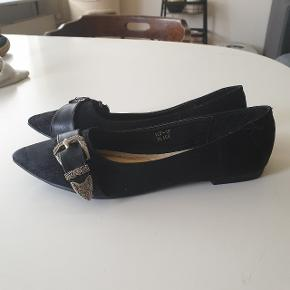 Smukke flats! Begge sko mangler sålen inde i skoen (derfor den lave pris!) Men med skoindlæg går man mega godt i dem!