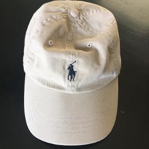 Fed cap der ikke har været meget i brug. One size, kan justeres bagpå.  Pris er pp og gebyr