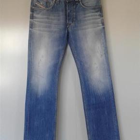 Varetype: Mænd jeans Størrelse: 30 - 32 Farve: Se billeder Oprindelig købspris: 1499 kr. Prisen angivet er inklusiv forsendelse.  Lækre jeans fra italienske Diesel. Brugt 1 gang.  Liv = 30 Længde = 32  Model : Larkee ( regular - straight )  Wash : 0810N.  Sendes med DAO uden omdeling ( forsikret forsendelse )  Kan prøves / afhentes i Rødovre.  MOBILEPAY foretrækkes men kan også handle via Trendsales.  Prisen er fast og ikke til forhandling ( har allerede sat dem ned fra 500 kr )