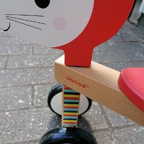 Janod Scooter ræv  Alder 1-3 år. Med 4 hjul så barnet får en god balance. I flot træfinish i dejlige farver med sød ræv. Sædehøjde 23cm. Mål 53x28,5x47 cm.  Kan afhentes i Tilst.