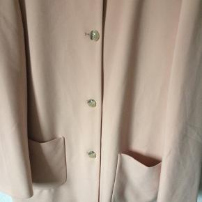 Esprit - jakke Str. 44 Næsten som ny Farve: lyserød Shell: 63% polyester, 33% viscose og 4% elasthan Lining: 100% polyester Mål: Brystvidde: 114 cm hele vejen rundt Livvidde: 118 cm hele vejen rundt Længde: 88 cm Køber betaler Porto!  >ER ÅBEN FOR BUD<  •Se også mine andre annoncer•  BYTTER IKKE!