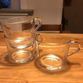 Enkle, transparente kaffekopper. Fejler intet, trænger bare til lidt udskiftning i skabet. 5 kr. stykket Alle 6 stk. for 25 kr.