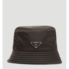 Sælger denne næsten nye bøllehat fra Prada. Alt medfølger - æske, kvittering mm. Den er købt i Illum i København, og sælges da den ikke bliver brugt. Kom med et seriøst bud 😃