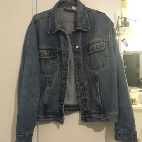 Lækker denim jakke fra mærket BILL BLASS jeans. Står som str XL men vil mere sige den er over-size/M eller L. (Kommer selvfølgelig an på hvem der har den på) 100 % cotton, 100 % algadon.   Den ene knap mangler det øverste lag, se billede.