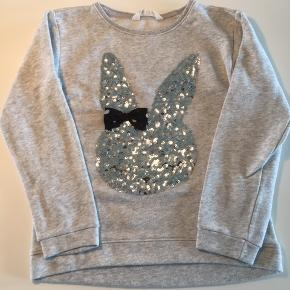 Sød bluse fra H&M med pailletter. Størrelsen hedder 134/140 (8-10 år)  Den fejler intet.