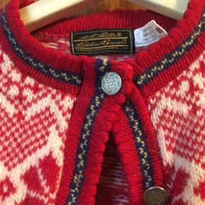Sweater cardigan fra USA i 100 % uld, flot stand, brugt sparsomt 😊