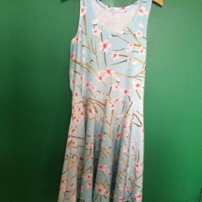 Vintage sommerkjole. Polyester og spandex (den har stretch), str. L. Købt herinde, men sælges igen da den bliver for kort til mig (jeg er 176).