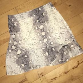 Nasty gal snakeskin nederdel str 36. Aldrig brugt ingen bytte