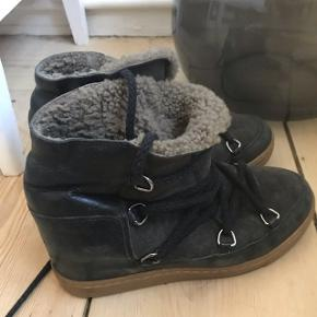 Isabel marant vinterstøvler. De er brugt og det ses, men de samtidig stadig rigtig fine🌸 byd