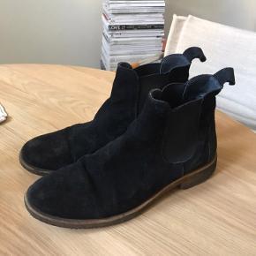 Gode ANGULUS støvler i ruskind. Kan bruges i hele perioden fra efterår til forår. Passes både af 39 og 40. BYD GERNE